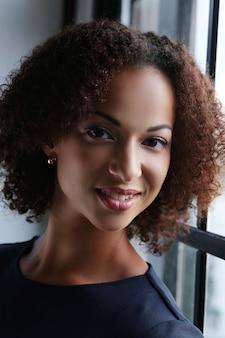巻き毛と笑顔の女性