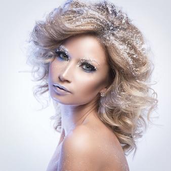 Женщина с вьющимися волосами и зимняя тема