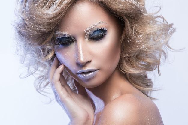 巻き毛と冬をテーマにした女性 無料写真