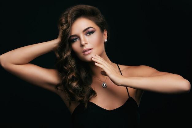 곱슬 머리를 가진 여자, 아름다운 메이크업과 다이아몬드가있는 비싼 펜던트 프리미엄 사진