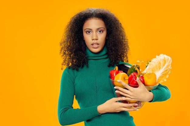 巻き毛の女性食品野菜ダイエット食品健康