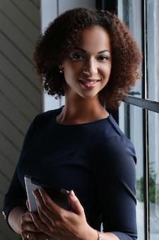 Donna con capelli ricci e sorridente