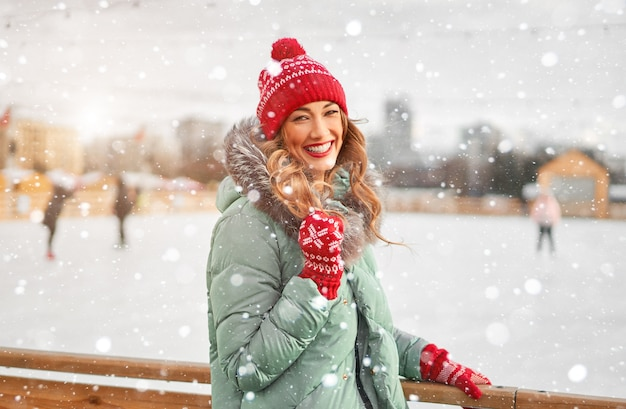 Женщина с вьющимися волосами в теплой зимней куртке