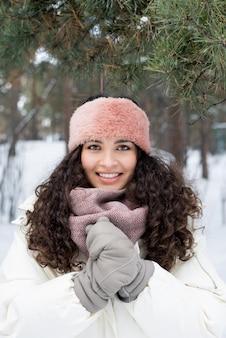 巻き毛の冬の肖像画を持つ女性