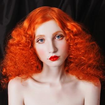 곱슬 빨간색 배경 volosamina 방 가진 여자입니다. 창백한 피부, 파란 눈, 밝고 특이한 모양과 붉은 입술을 가진 나가서는 소녀. 아름다운 쇄골과 목