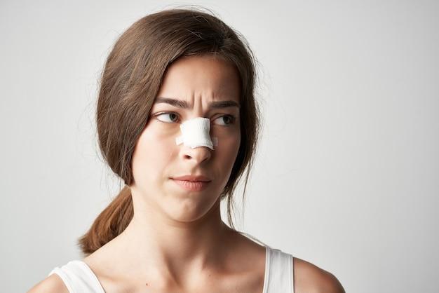 Женщина с поврежденным носом лечение травмы здоровья медицина