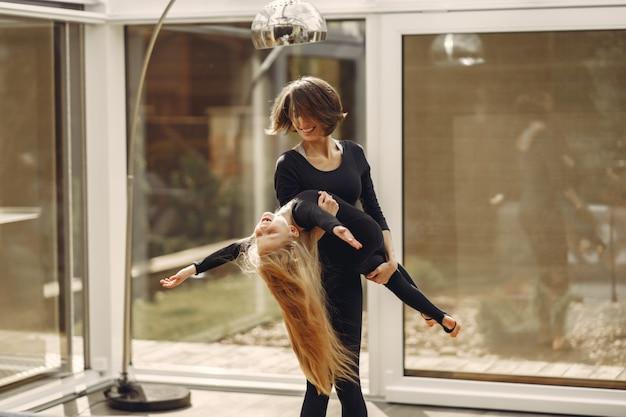 娘を持つ女性は体操に従事しています
