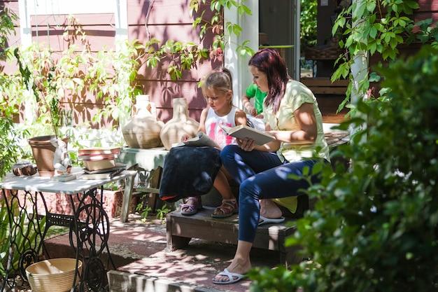 Donna con figlia sul portico