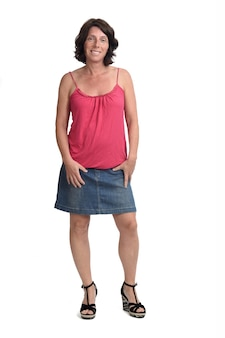 Женщина с джинсовой юбкой на белом фоне