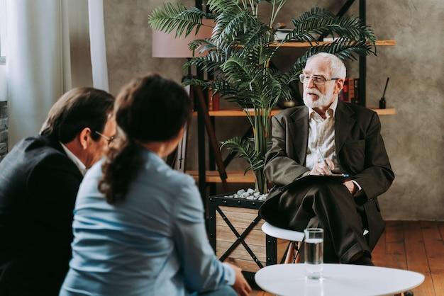 うつ病と人間関係の問題を抱える女性-精神科医のスタジオ、患者とのセッションの心理学者