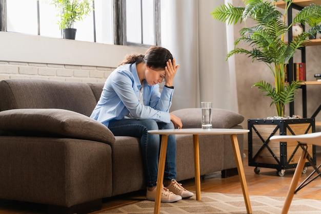 うつ病と人間関係の問題を持つ女性