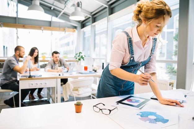 Женщина с диаграммами в офисе