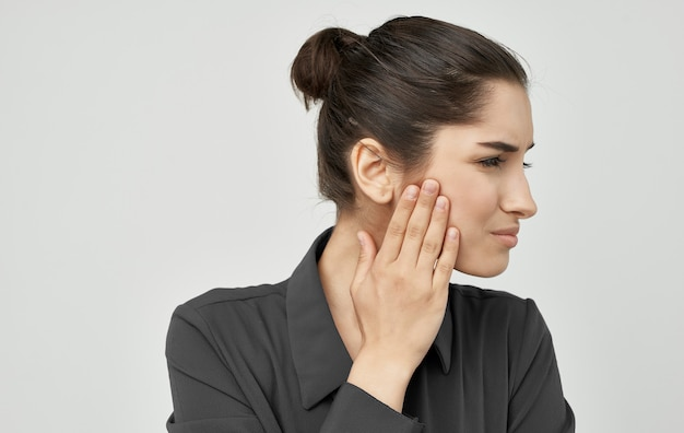 不機嫌な表情の女性歯痛健康問題歯科