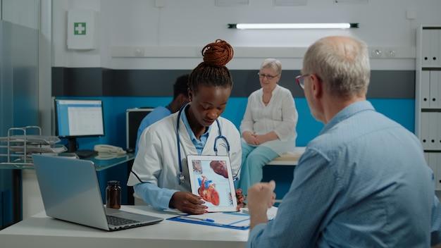 현대 태블릿을 들고 의사 직업을 가진 여자