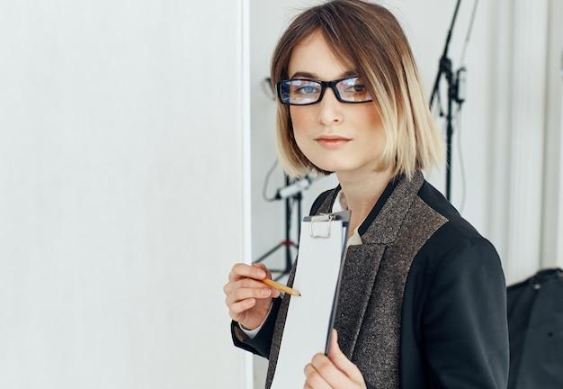 Женщина с документами работает финансовой модели