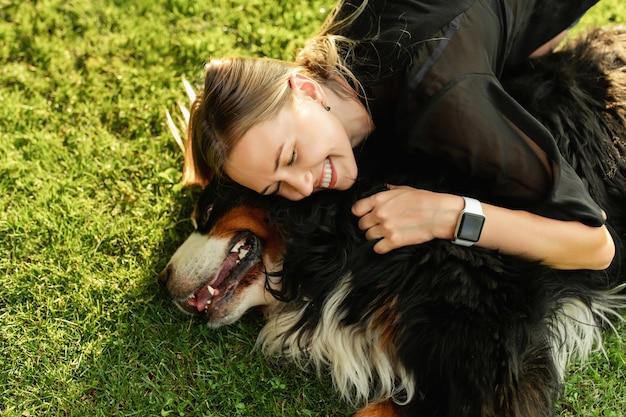 Женщина с собакой зенненхунд