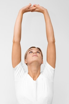 Donna con fare fisioterapia sollevando le braccia