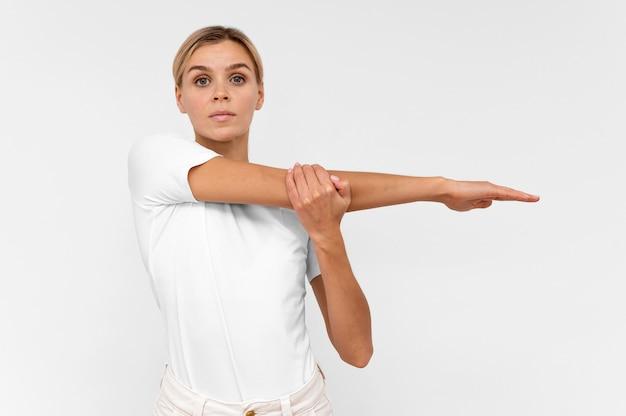 Donna con facendo fisioterapia con le braccia