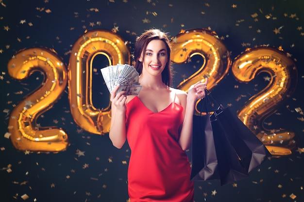 ドルと購入の女性ブラックフライデーの風船のクリスマスの販売で新年の買い物
