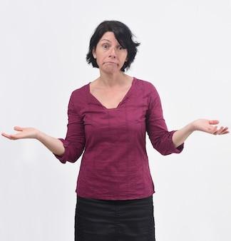白い背景の上の疑いまたは混乱した表現を持つ女性