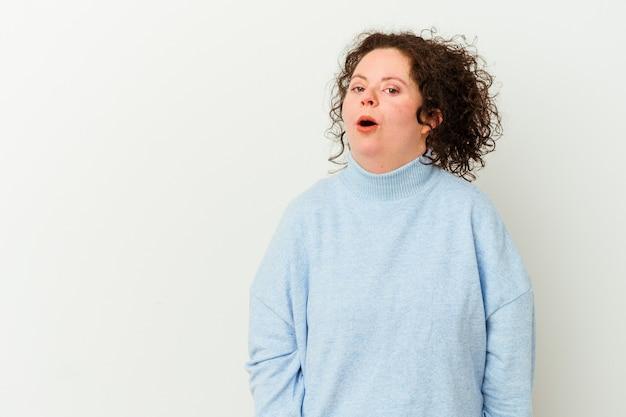 Женщина с синдромом дауна изолирована от шока из-за чего-то увиденного.