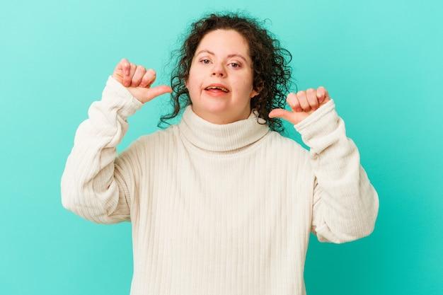 고립 된 다운 증후군을 가진 여성은 자부심과 자신감을 느낍니다.