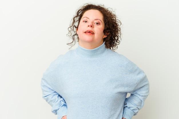다운 증후군을 가진 여자는 행복하고 웃고 쾌활합니다.