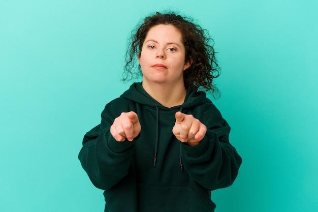 다운 증후군을 가진 여자는 손가락으로 앞을 가리키는 격리.