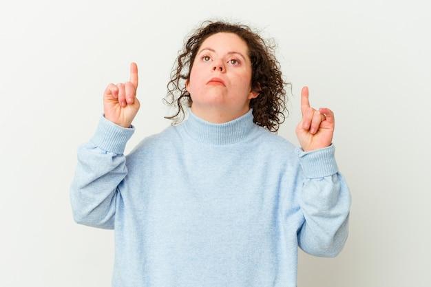 다운 증후군을 가진 여자는 열린 입으로 거꾸로 가리키는 격리.