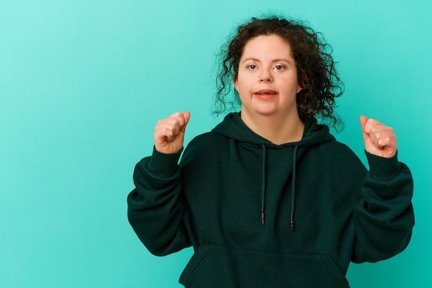 Женщина с синдромом дауна изолирована, поднимая кулак после победы