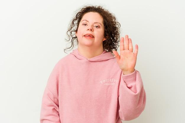 다운 증후군을 가진 여자는 손가락으로 5 번을 보여주는 명랑 미소 고립