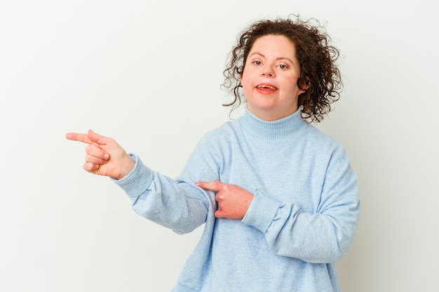 다운 증후군을 가진 여자는 멀리 집게 손가락으로 유쾌하게 가리키는 미소