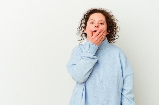 다운 증후군을 가진 여자는 손으로 입을 덮고 복사 공간을 사려 깊은 찾고 격리.