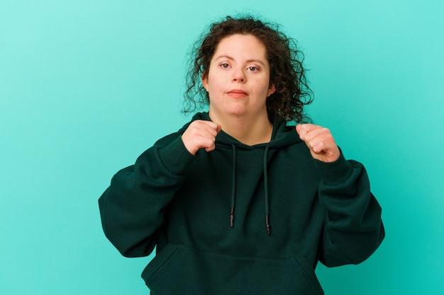다운 증후군을 가진 여성은 펀치, 분노, 논쟁으로 인한 싸움, 권투를 던지고 있습니다.