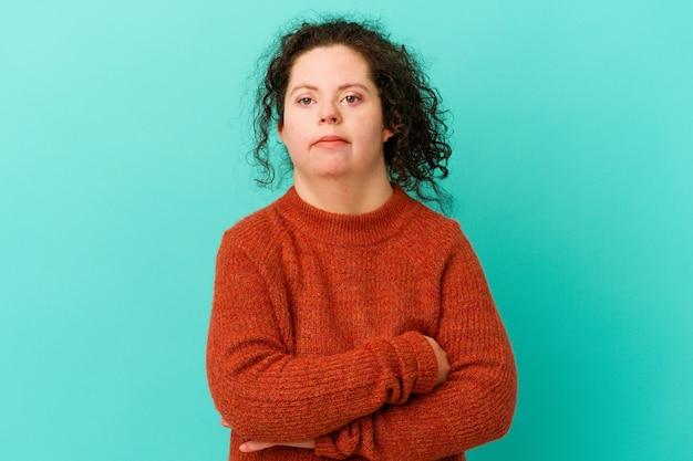 다운 증후군을 가진 여성은 반복적 인 작업에 지쳐 고립되었습니다.