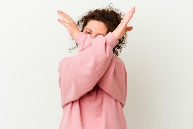 두 팔을 교차 유지하는 다운 증후군을 가진 여성
