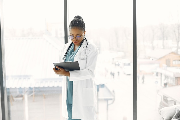 Donna con i dreadlocks. dottore dalla pelle scura. donna in abito da ospedale.