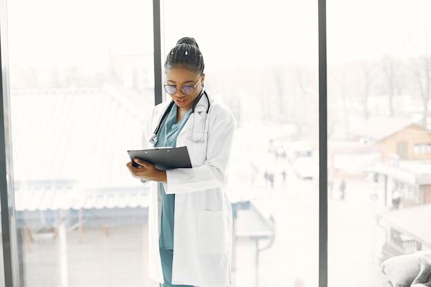 ドレッドヘアを持つ女性。浅黒い肌の医者。病院のガウンの女性。