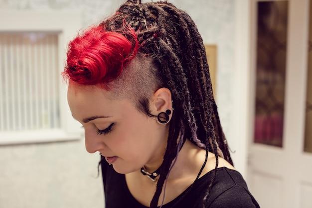 ドレッドヘアを持つ女性