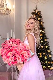 花の花束を保持しているドレスを持つ女性