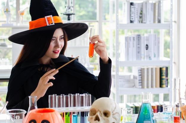 Женщина с платочной ведьмой и пробиркой в лаборатории