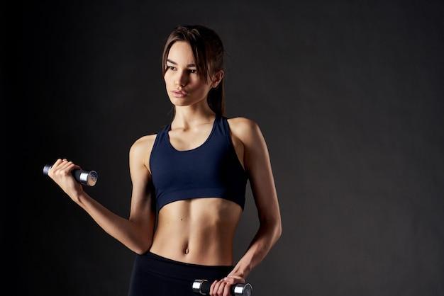 手にダンベルを持っている女性トレーニング運動の動機