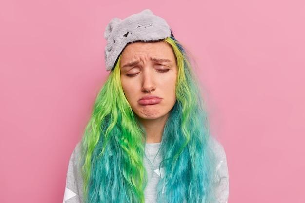 染めた髪の女性は失望した表情秋うつ病眠そうな表情はピンクで非常に早いポーズを起こしたくない