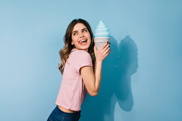 아이스크림을 먹는 우아한 헤어 스타일을 가진 여자