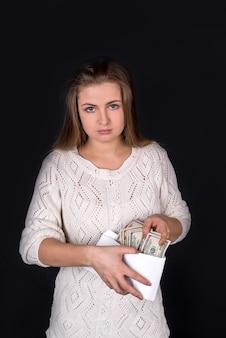 고립 된 돈이 가득 봉투와 여자