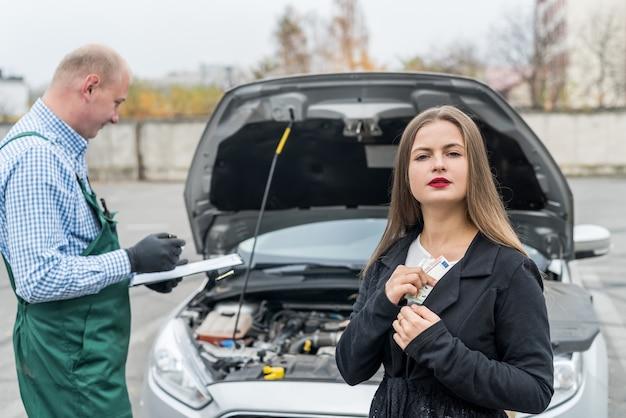 車のサービスの価格に動揺しているユーロを持つ女性