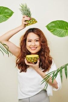 エキゾチックなフルーツを持つ女性