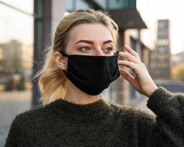 얼굴 마스크와 사회적 거리 개념을 가진 여자