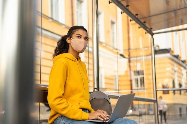 フェイスマスクと社会的距離の概念を持つ女性