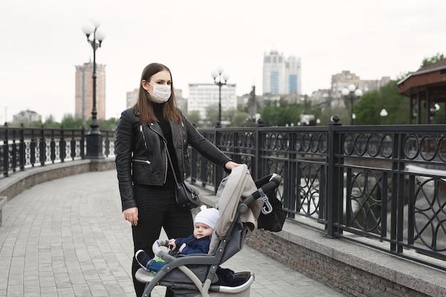 コロナウイルスからの保護のためのフェイスマスクを持つ女性